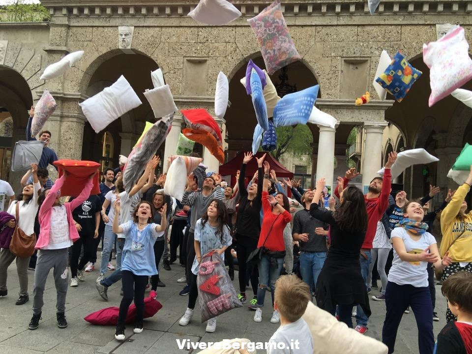 Pillow fight, Bergamo, 2 Aprile 2016