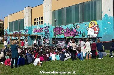 Un grande murales colora la facciata della scuola a Celadina
